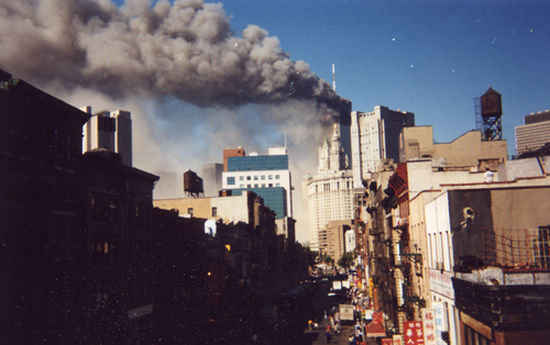 11 September 2019 Posted. E Broadway from the Manhattan Bridge Walkway on September 11, 2001, photograph by Wai Lum William Man; Museum of Chinese in America (MOCA) Collection. 从曼哈顿大桥步道方向拍摄的百老汇大街,2001年9月11日,照片由Wai Lum William Man拍摄;美国华人博物馆(MOCA)馆藏