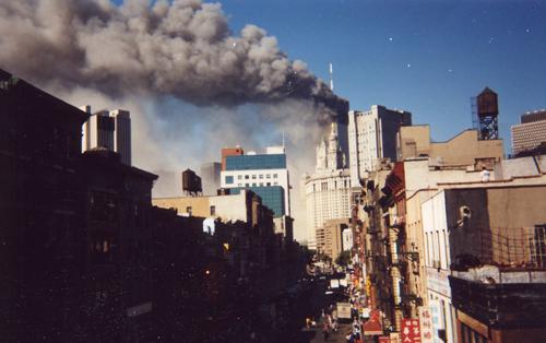 11 September 2019 Posted. E Broadway from the Manhattan Bridge Walkway on September 11, 2001, photograph by Wai Lum William Man; Museum of Chinese in America (MOCA) Collection. 从曼哈顿大桥步道方向拍摄的百老汇大街,2001年9月11日,照片由Wai Lum William Man拍摄;美国华人博物馆(MOCA)馆藏