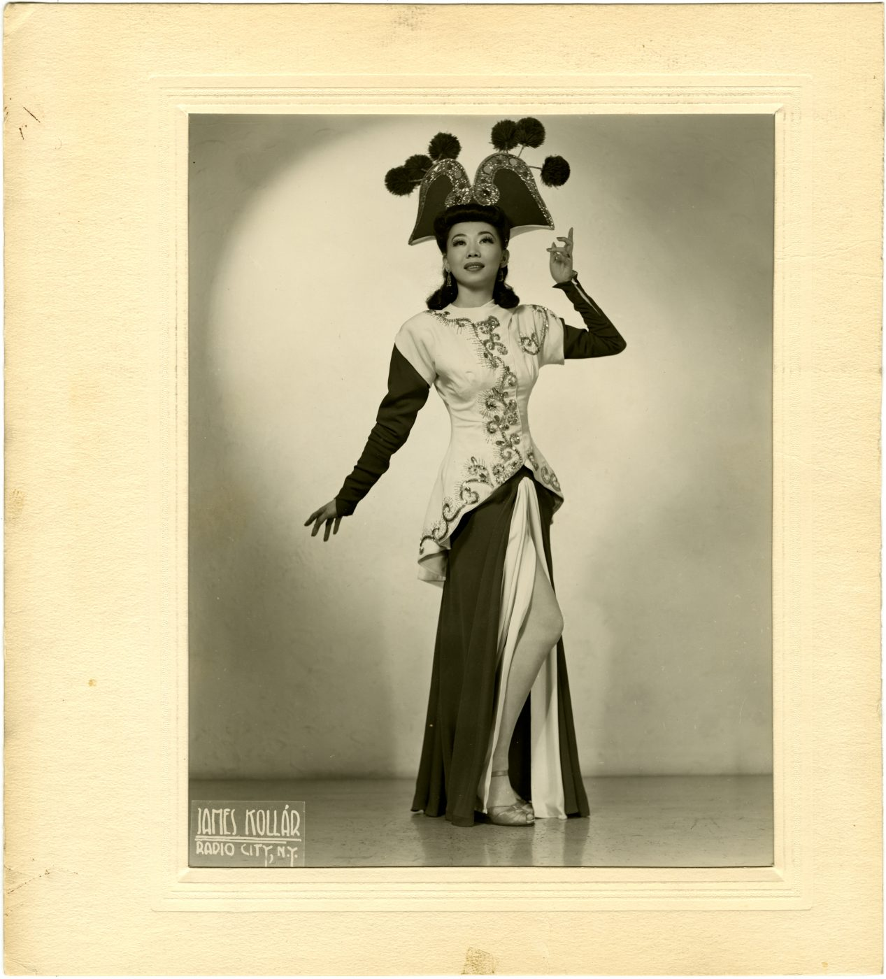 15 May 2019 Posted. Mary Mon Toy in Costume, Courtesy of Marnie Mueller, Museum of Chinese in America (MOCA) Collection. 身着演出服装的Mary Mon Toy,Marnie Mueller捐赠,美国华人博物馆(MOCA)馆藏