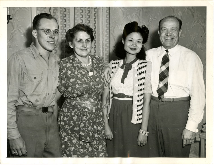 16 July 2019 Posted. EX-GI And Chinese Bride Welcomed Home, a black-and-white press photo taken by ACME, a newspaper firm on Sept. 4th, 1946, Courtesy of Roy Delbyck, Museum of Chinese in America (MOCA) Collection. 美国复员军人和他的中国新娘,欢迎回家,一张1946年9月4日ACME报纸的黑白新闻照片,Roy Delbyck捐赠,美国华人博物馆(MOCA)馆藏