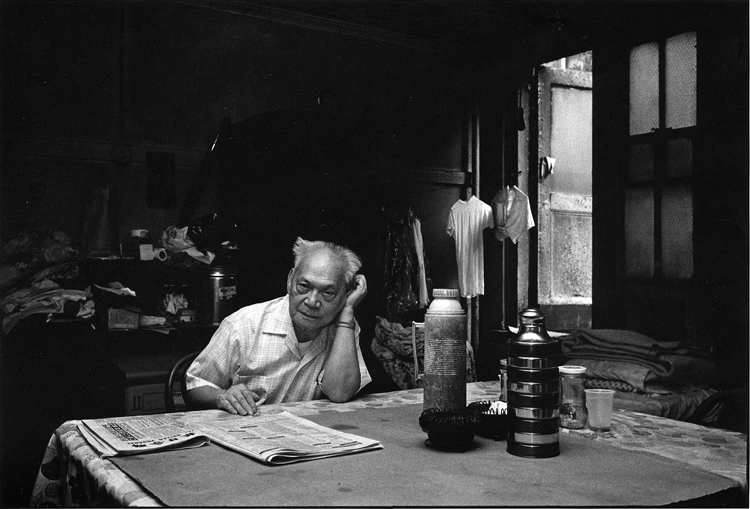 10 April 2019 Posted. A man reading the newspaper at a Bachelor Apartment. Photograph taken by Bud Glick, Museum of Chinese in America (MOCA) Collection. 一位老人在他的单身汉公寓里看报纸。Bud Glick拍摄,美国华人博物馆(MOCA)馆藏