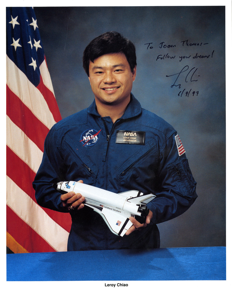 17 July 2019 Posted. A signed photograph of NASA astronaut Leroy Chiao, June 9th, 1997, Courtesy of Roy Delbyck, Museum of Chinese in America (MOCA) Collection. 美国宇航局宇航员焦立中的签名照片,1997年6月9日,Roy Delbyck捐赠,美国华人博物馆(MOCA)馆藏