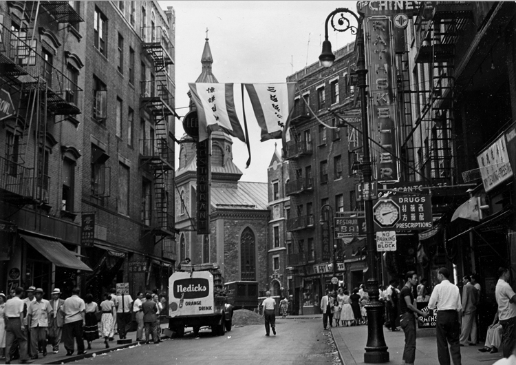 02 August 2019 Posted. Mott Street with the Transfiguration Church in the background, Courtesy of Oscar Y. Ho, Museum of Chinese in America (MOCA) Collection. 勿街街景,天主教显圣容堂在街的尽头,Oscar Y. Ho捐赠,美国华人博物馆(MOCA)馆藏