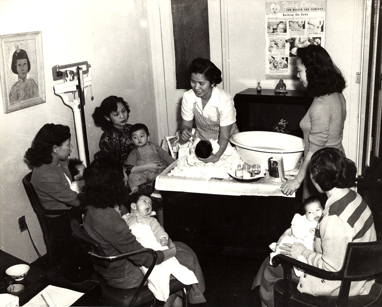 20 August 2019 Posted. Community Service Society public health nurse Mrs. Mooie Eng demonstrates the proper ways of bathing a baby. 1954, Courtesy of Mooie Eng, Museum of Chinese in America (MOCA) Collection. 社区服务社会公共健康护士Mooie Eng女士示范给婴儿洗澡的正确方式,1954年,Mooie Eng捐赠,美国华人博物馆(MOCA)馆藏