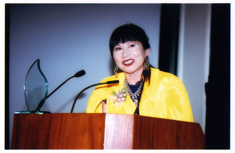21 August 2019 Posted. Amy Tan at MOCA's 2000 Legacy Gala, Museum of Chinese in America (MOCA) Institutional Collection. 谭恩美在MOCA2000年度传承颁奖晚宴上,美国华人博物馆(MOCA)机构档案