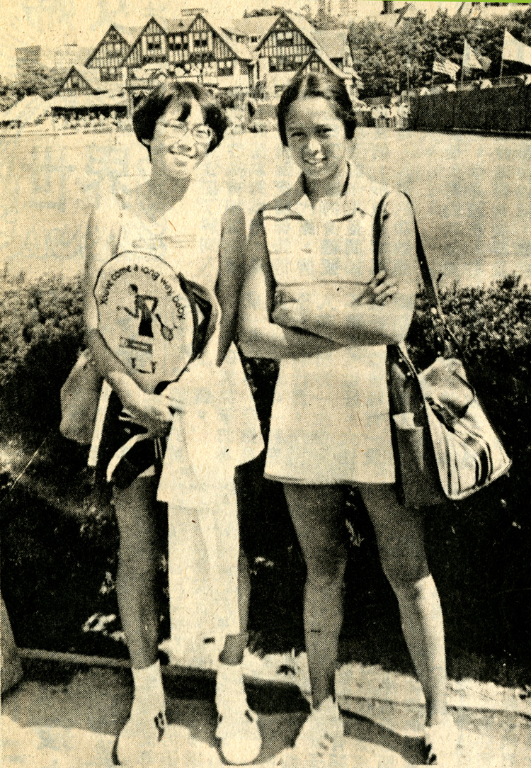"26 August 2019 Posted. Marcie (left) and Maureen ""Peanut"" Louie (right) at the US Open at Forest Hills Stadium, 1977, Photograph taken by Emile Bocian, Museum of Chinese in America (MOCA) collection. Marcie(左)和Maureen ""Peanut"" Louie(右)在1977年在Forest Hills体育场举行的美国公开赛上,照片由包信拍摄,美国华人博物馆(MOCA)馆藏"