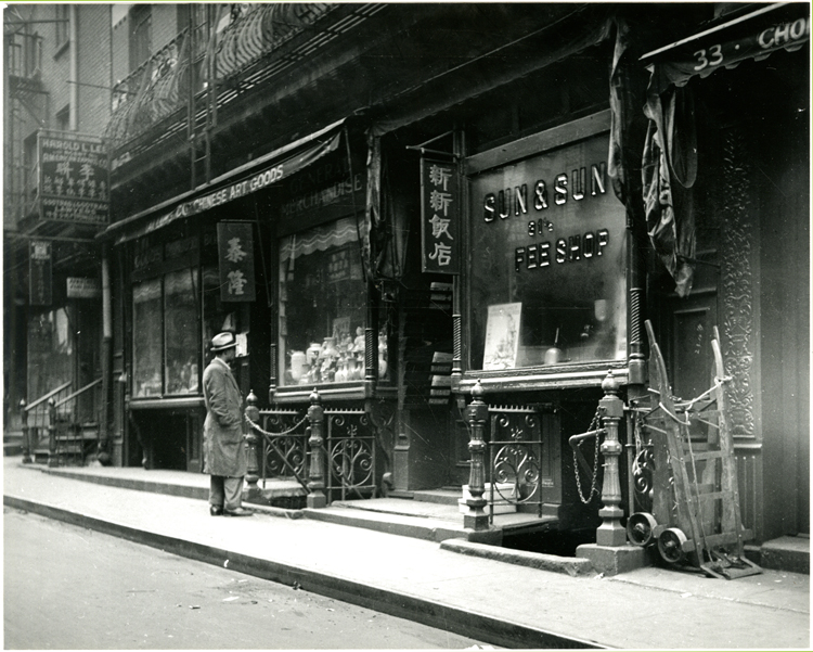10 September 2019 Posted. Tai Lung Co. Chinese Art Goods store front (left) with Harold L. Lee Agent sign hanging above, Courtesy of Eric Y. Ng, Museum of Chinese in America (MOCA) Collection. 泰隆中国艺术品商店门前(照片左侧),李联公司的招牌挂在上方,Eric Y. Ng捐赠,美国华人博物馆(MOCA)馆藏