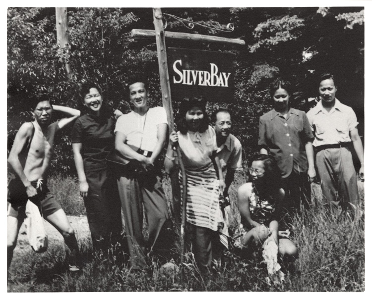 04 October 2019 Posted. Group in Front of Silver Bay Sign, Courtesy of Paul Louie, Museum of Chinese in America (MOCA) Collection. 在银湾牌子前的合影,Paul Louie捐赠,美国华人博物馆(MOCA)馆藏