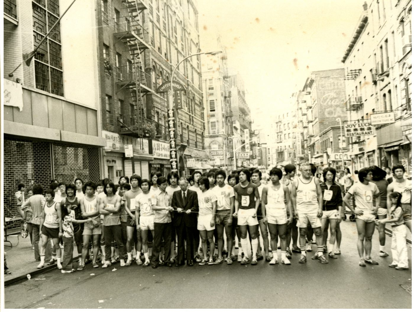 02 April 2019 Posted. New York Chinatown Mini-Marathon, 1977. Photographs taken by Emile Bocian, Museum of Chinese in America (MOCA) Collection. 纽约华埠迷你马拉松赛事,1977年。照片由Emile Bocian(包信)拍摄,美国华人博物馆(MOCA)馆藏
