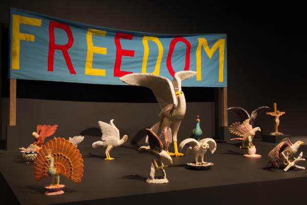 自由鸟, 1994 年和 1995 年。纸浆、折叠纸、胶水和彩色记号笔。美国华人博物馆馆藏 1996.61.   Freedom Birds, ca. 1994 & 1995. Papier-mache, folded paper, glue, and colored marker. MOCA Collection 1996.61.